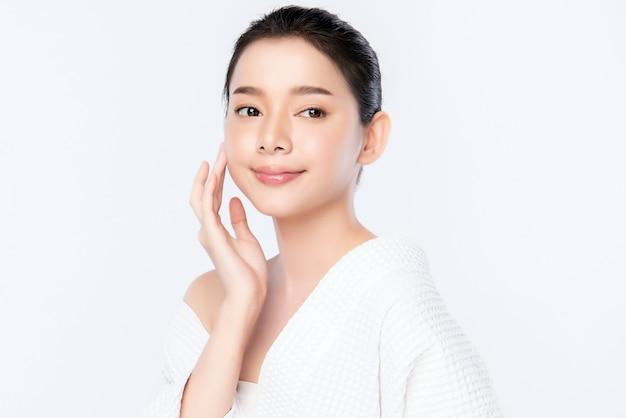 Концепция кожи красивой молодой азиатской женщины портрета чистая свежая чуть-чуть. азиатская девушка красоты по уходу за кожей лица и здоровья wellness, уход за лицом, идеальная кожа, натуральный макияж, два