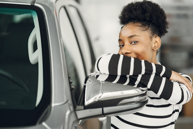 今日は買い物に行きました。魅力的なアフリカの女性のショットは車をシューッと鳴らします。