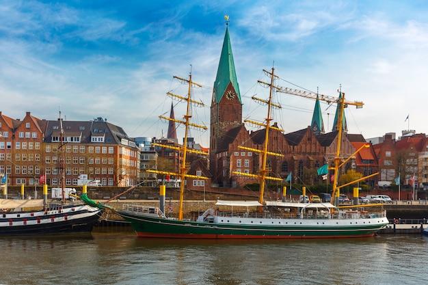 ヴェーザー川と聖マーチン教会、ブレーメン、ドイツ