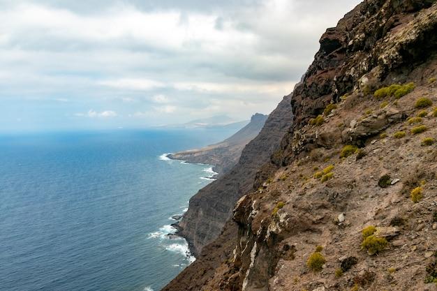 La costa occidentale di gran canaria, onde che si infrangono sulle scogliere del mirador del balcón