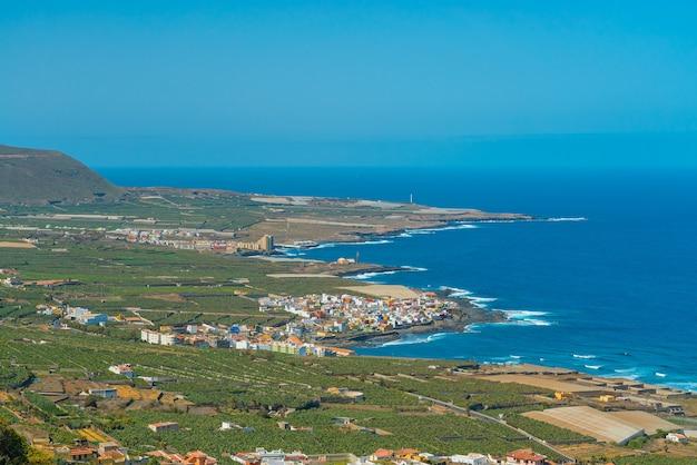 Западное побережье тенерифе. океанический берег с небольшими городами и деревнями.