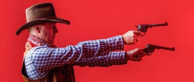 서쪽, 총. 카우보이의 초상화입니다. 모자를 쓴 서양 남자. 모자에 카우보이의 초상화입니다. 카우보이 모자, 총을 착용하는 남자. 카우보이의 초상화입니다.