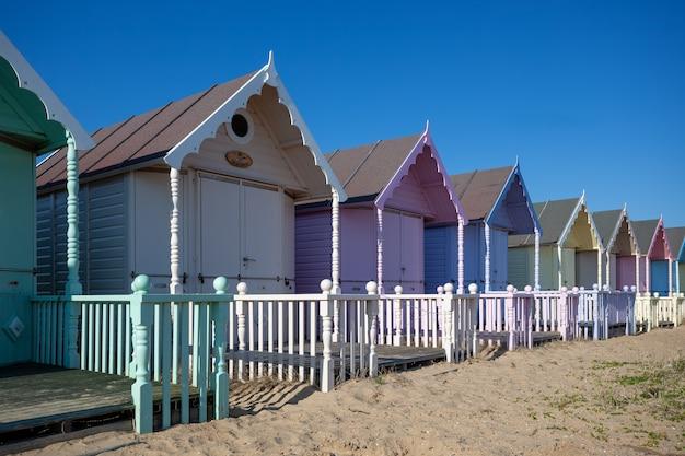 ウェストマーシー、エセックス/イギリス-7月24日:2012年7月24日のウェストマーシーエセックスのカラフルなビーチ小屋