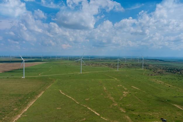 パノラマビューの風力発電機を備えたより大きな風力発電所の米国西部テキサスフィールド