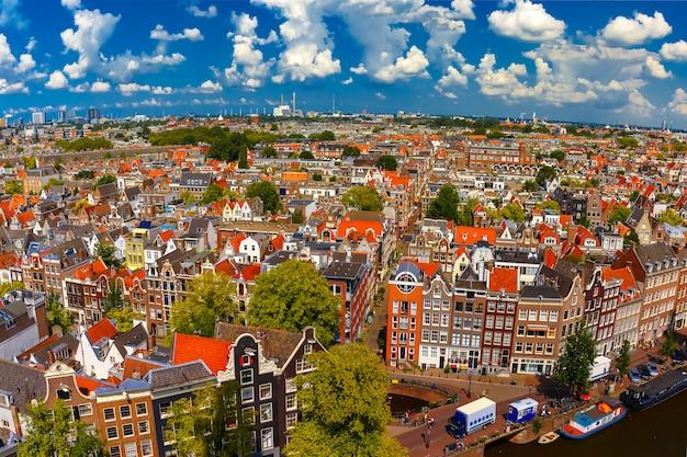 Вид на город амстердама от westerkerk, голландии, нидерландов.