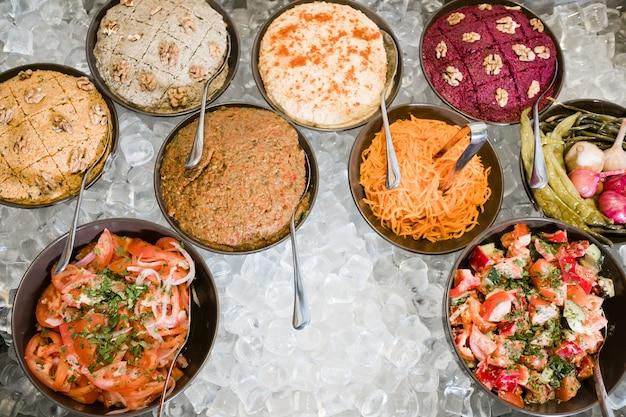 서아시아 요리. 얼음에 갓 만든 식사 선택. 레스토랑 주방 해킹