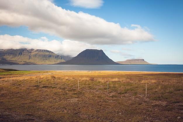 青い夏の空の下で西アイスランドのカークワフェル山の風景