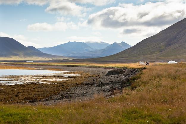 青い夏の空の下で西アイスランドの海の海岸線