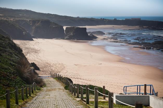 干潮時のポルトガル西部の海の海岸線。ビネットショット