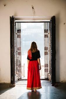 Donna occidentale che esplora un tempio indù, maji ka mandir