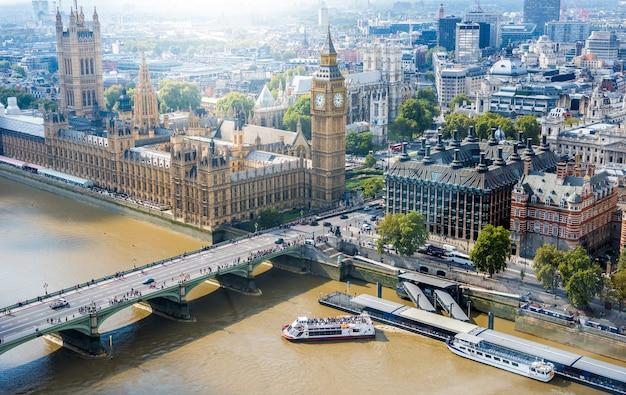 Вестминстерское аббатство и биг бен и лондон сити скайлайн, великобритания