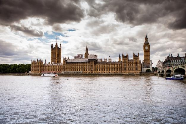 Вестминстер и река темза в лондоне, великобритания