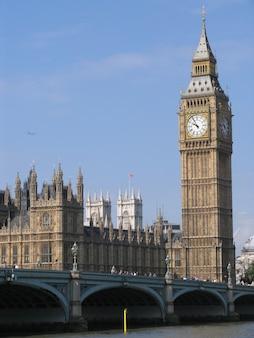 晴れた日に、ビッグベンと呼ばれる塔の鐘のあるウェストミンスター宮殿。