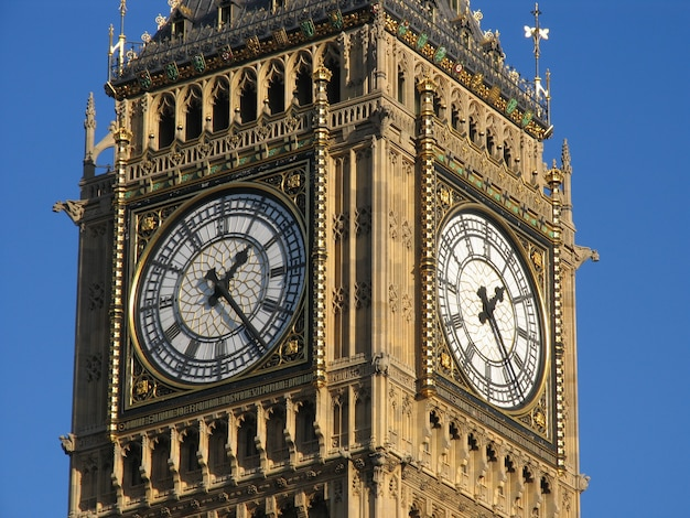 Вестминстерский дворец с колоколом на башне биг-бен в солнечный день.