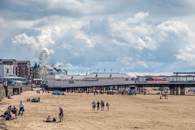 Weston supermare, devon, uk - 8월 18일: 2021년 8월 18일 데본의 weston supermare에 있는 해안가의 전망. 미확인된 사람들