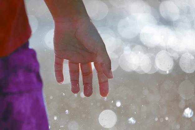 흐린 배경에 남자의 손을 적십니다. 여가와 휴식