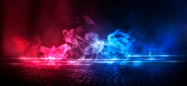 Мокрый асфальт, отражение неоновых огней, прожектор, дым.