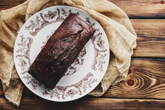 Влажный шоколадный торт с шоколадной глазурью. шоколадная помадка. домашняя выпечка. шоколадный торт на деревянном столе