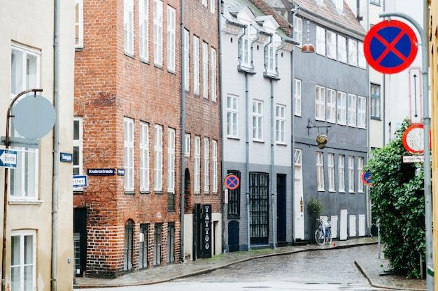 오래 된 건물을 가진 젖은 도시 거리