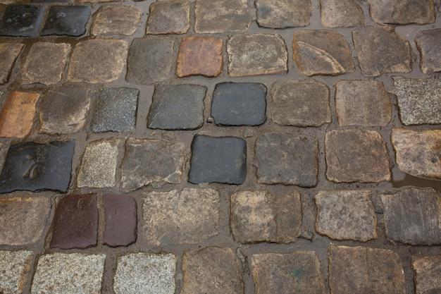雨の日に地面に濡れた石畳。クローズアップショット