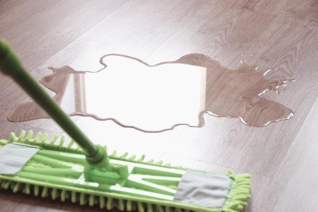 濡れた床とモップ拭き水、クローズアップ