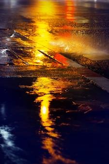 강한 비가 내리는 동안 젖은 발길은 밤에 가을, 선택적 초점입니다. 장마 배경입니다.