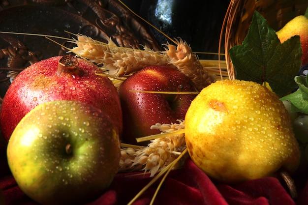 정물의 일부인 물방울에 과일을 적시십시오.