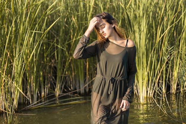 갈대를 든 물에 젖은 소녀, 물 속에 있는 소녀의 감정적 초상화