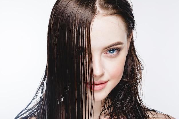 젖은 머리 여자 초상화, 미용 머리 건강한 피부 관리 개념, 흰색으로 격리된 젖은 머리를 가진 아름다운 모델.