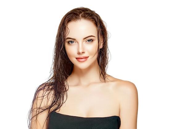 젖은 머리 여자 초상화, 미용 머리 건강한 피부 관리 개념, 젖은 머리를 가진 아름다운 모델