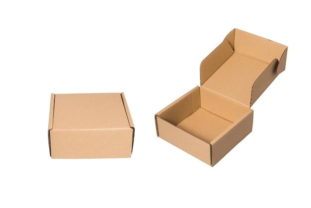 白い背景の上の2つの茶色の段ボール箱のウェット