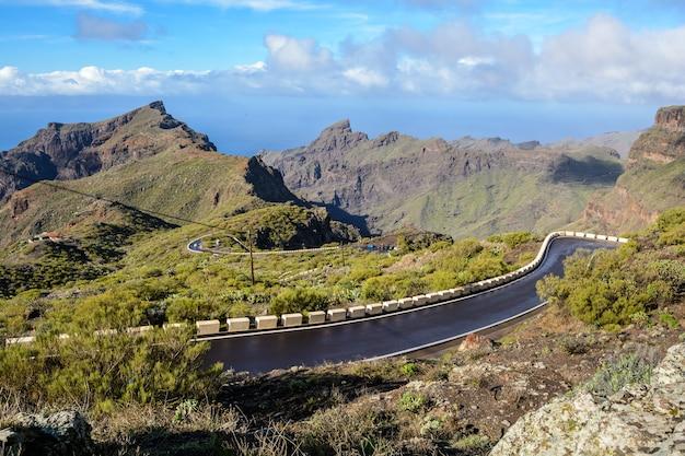 雨上がりの濡れた道路。雨上がりの山濡れ山道。曲がりくねった道。テネリフェ島スペイン