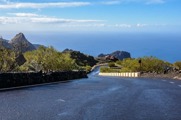 雨上がりの濡れた道路。雨上がりの山濡れ山道。曲がりくねった道