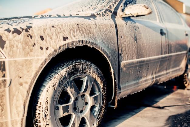 Мокрый автомобиль в пене, автомобиль в пене, автомойка