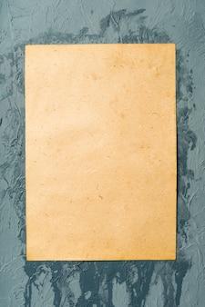 К стене приклеена влажная белая бумага. текстура влажной бумаги.