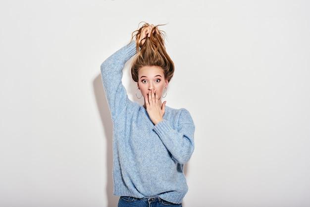 なんて驚きの可愛いお嬢様が髪を抱えて開いたままでショックを受けたのか