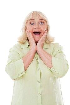 놀랐는 걸! 흰색 배경에 격리된 채 머리를 잡고 긍정적인 감정을 표현하는 행복한 노년 여성