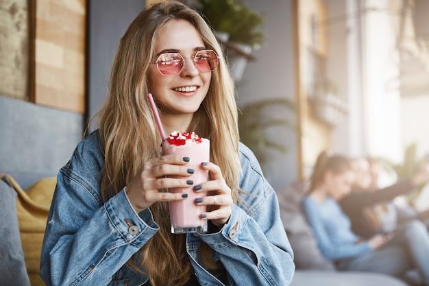 Какой вкусный коктейль, как в этом кафе. модный уверенный светлый привет