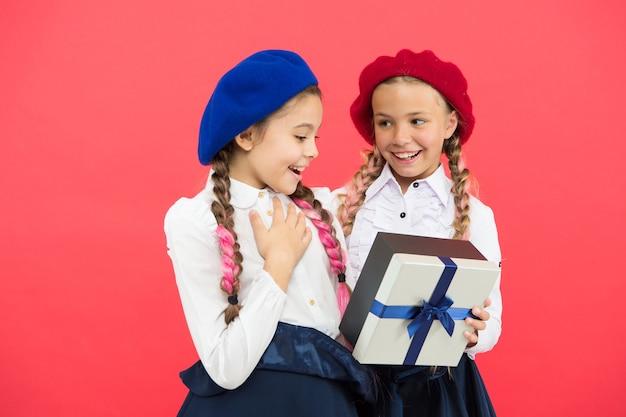 놀라운 놀라움입니다. 리본 활로 싸인 작은 선물 상자를 가진 행복한 아이들. 친구에게 선물을주는 어린 소녀. 휴일 축하를 즐기는 작은 아이들. 생일 서프라이즈. 생일 축하해.