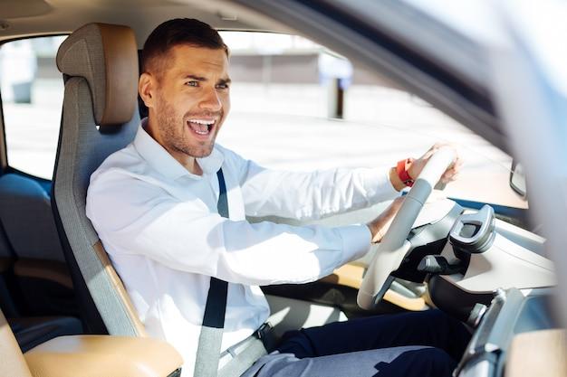 何してるの。他のドライバーに信号を送信しながらビープ音を鳴らすハンサムな若い男