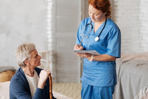 Что тебя беспокоит. квалифицированный опытный дееспособный врач встречает своего пациента дома и выслушивает его, пока у него наблюдаются некоторые беспокоящие его симптомы
