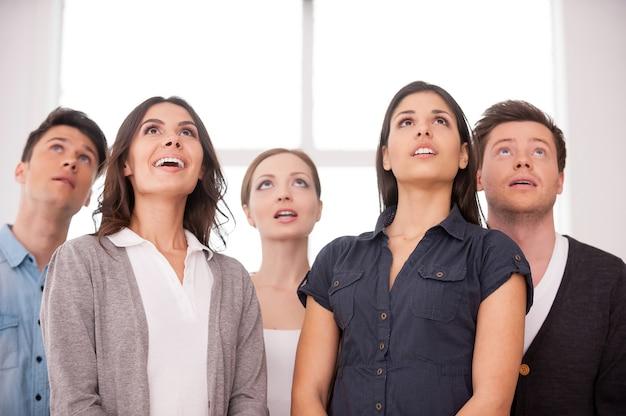 Что это? группа удивленных молодых людей, стоящих рядом друг с другом