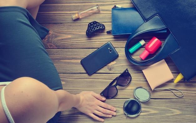 Что в женской сумке? модные женские аксессуары на деревянном.
