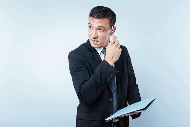 Что я должен делать. снимок талии задумчивого успешного человека, ищущего вакансию и думающего, борясь с какой-то деловой проблемой на заднем плане.