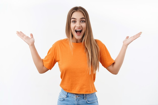 Che notizia meravigliosa. il ritratto di una ragazza bionda entusiasta esprime gioia e sorpresa