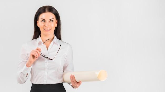 メガネとwhatman紙を持つ女性実業家
