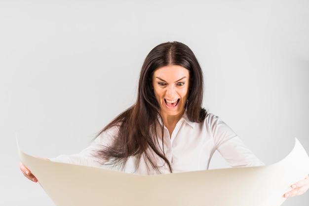 Whatman紙を見て怒っている女性実業家
