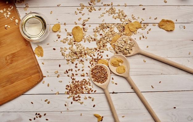 테이블 나무 숟가락 부엌 보드에 흩어져있는 밀과 시리얼