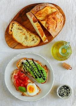 Бутерброды из пшеничного хлеба с бальзамическим авокадо