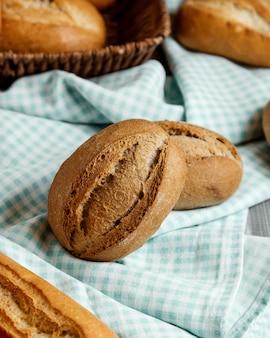 Pane integrale con crosta croccante sul tavolo